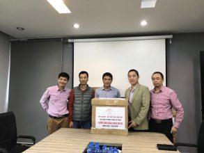Đại diện diễn đàn OtoFun với các thành viên của Quỹ AHCOM – Kết nối tấm lòng Việt
